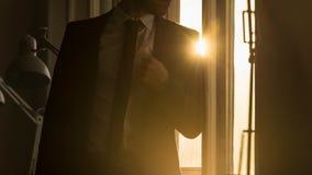 Επιχειρηματίας που κλίνει σε ένα πλαίσιο παραθύρων Στοκ Εικόνα