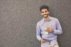 Επιχειρηματίας που κλίνει στον τοίχο στοκ εικόνες