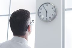Επιχειρηματίας που κοιτάζει επίμονα στο ρολόι Στοκ εικόνα με δικαίωμα ελεύθερης χρήσης
