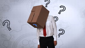 Επιχειρηματίας που κοιτάζει κάτω με το κιβώτιο στο κεφάλι απεικόνιση αποθεμάτων