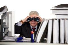 Επιχειρηματίας που κοιτάζει μέσω των διοπτρών στοκ φωτογραφία με δικαίωμα ελεύθερης χρήσης