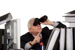 Επιχειρηματίας που κοιτάζει μέσω των διοπτρών στοκ φωτογραφίες