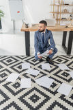 Επιχειρηματίας που κοιτάζει μακριά κάνοντας τη γραφική εργασία στην αρχή Στοκ Εικόνα