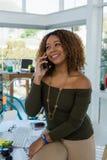 Επιχειρηματίας που κοιτάζει μακριά μιλώντας στο τηλέφωνο Στοκ εικόνα με δικαίωμα ελεύθερης χρήσης
