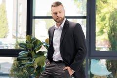Επιχειρηματίας που κοιτάζει μακριά στεμένος στην αρχή Στοκ Εικόνες