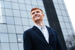 Επιχειρηματίας που κοιτάζει μακριά υπαίθρια Στοκ Εικόνες