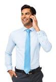 Επιχειρηματίας που κοιτάζει μακριά χρησιμοποιώντας το έξυπνο τηλέφωνο Στοκ Φωτογραφίες