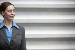 Επιχειρηματίας που κοιτάζει μακριά Στοκ Εικόνες
