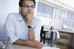 Επιχειρηματίας που κοιτάζει μακριά Στοκ φωτογραφίες με δικαίωμα ελεύθερης χρήσης