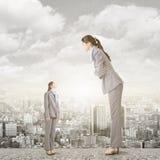 Επιχειρηματίας που κοιτάζει στη μεγάλη έκδοσή της στη στέγη Στοκ Εικόνα