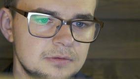 Επιχειρηματίας που κοιτάζει στο lap-top στον καφέ απόθεμα βίντεο