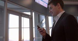 Επιχειρηματίας που κουβεντιάζει στο τηλέφωνο στον αερολιμένα απόθεμα βίντεο
