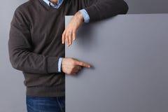 Επιχειρηματίας που κρατά έναν κενό πίνακα, που δείχνει κάτι Στοκ Φωτογραφία