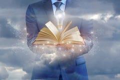 Επιχειρηματίας που κρατά ένα βιβλίο ως πηγή επιχειρησιακών ιδεών Στοκ φωτογραφία με δικαίωμα ελεύθερης χρήσης