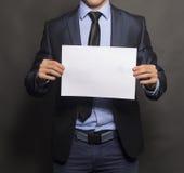 Επιχειρηματίας που κρατά ένα κενό σημάδι Στοκ Φωτογραφία