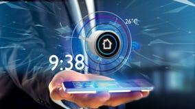 Επιχειρηματίας που κρατά ένα κουμπί μιας έξυπνης εγχώριας αυτοματοποίησης app Στοκ εικόνα με δικαίωμα ελεύθερης χρήσης