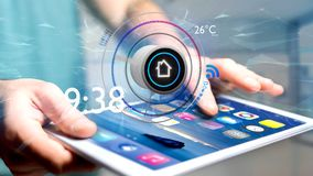 Επιχειρηματίας που κρατά ένα κουμπί μιας έξυπνης εγχώριας αυτοματοποίησης app Στοκ φωτογραφίες με δικαίωμα ελεύθερης χρήσης