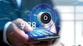 Επιχειρηματίας που κρατά ένα κουμπί μιας έξυπνης εγχώριας αυτοματοποίησης app Στοκ Φωτογραφία