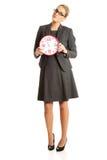 Επιχειρηματίας που κρατά ένα μεγάλο ρολόι Στοκ Εικόνες