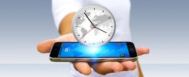 Επιχειρηματίας που κρατά ένα ρολόι πέρα από το κινητό τηλέφωνό του Στοκ εικόνες με δικαίωμα ελεύθερης χρήσης