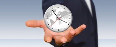 Επιχειρηματίας που κρατά ένα ρολόι στο χέρι του Στοκ εικόνες με δικαίωμα ελεύθερης χρήσης