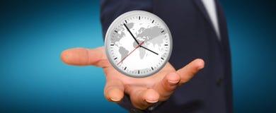 Επιχειρηματίας που κρατά ένα ρολόι στο χέρι του Στοκ φωτογραφία με δικαίωμα ελεύθερης χρήσης