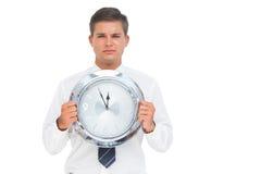Επιχειρηματίας που κρατά ένα ρολόι Στοκ Φωτογραφίες