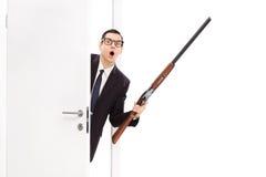 0 επιχειρηματίας που κρατά ένα τουφέκι κυνηγετικών όπλων Στοκ φωτογραφία με δικαίωμα ελεύθερης χρήσης