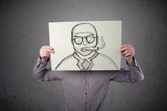 Επιχειρηματίας που κρατά ένα χαρτόνι με ένα καπνίζοντας άτομο σε το στο fron Στοκ Φωτογραφίες