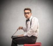 Επιχειρηματίας που κρατά ένα lap-top στοκ φωτογραφία