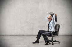 Επιχειρηματίας που κρατά ένα lap-top στοκ φωτογραφίες