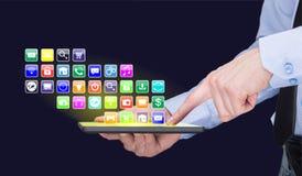 Επιχειρηματίας που κρατά ένα PC ταμπλετών με τα κινητά εικονίδια εφαρμογών στην εικονική οθόνη τρισδιάστατη απεικόνιση Διαδίκτυο  Στοκ Εικόνες