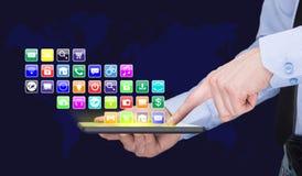 Επιχειρηματίας που κρατά ένα PC ταμπλετών με τα κινητά εικονίδια εφαρμογών στην εικονική οθόνη τρισδιάστατη απεικόνιση Διαδίκτυο  Στοκ εικόνες με δικαίωμα ελεύθερης χρήσης