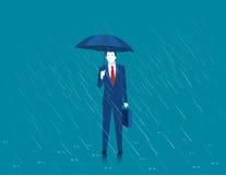Επιχειρηματίας που κρατά μια ομπρέλα Άτομο που στέκεται στη βροχή Βαρύ rai Στοκ Εικόνες