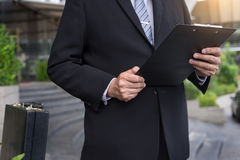 επιχειρηματίας που κρατά μια περιοχή αποκομμάτων για την εργασία σε υπαίθριο Στοκ φωτογραφία με δικαίωμα ελεύθερης χρήσης