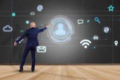 Επιχειρηματίας που κρατά να περιβάλει εικονιδίων επαφών από app και κοινωνικός Στοκ Εικόνες