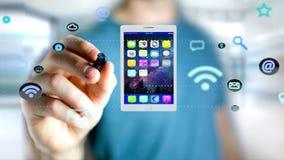 Επιχειρηματίας που κρατά να περιβάλει ταμπλετών από app και το κοινωνικό εικονίδιο Στοκ φωτογραφίες με δικαίωμα ελεύθερης χρήσης