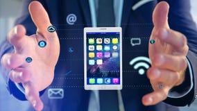 Επιχειρηματίας που κρατά να περιβάλει ταμπλετών από app και το κοινωνικό εικονίδιο Στοκ φωτογραφία με δικαίωμα ελεύθερης χρήσης