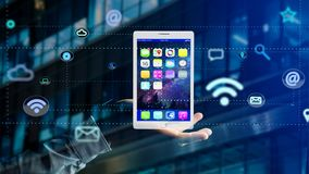 Επιχειρηματίας που κρατά να περιβάλει ταμπλετών από app και το κοινωνικό εικονίδιο Στοκ Φωτογραφία