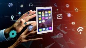 Επιχειρηματίας που κρατά να περιβάλει ταμπλετών από app και το κοινωνικό εικονίδιο Στοκ Φωτογραφίες