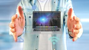 Επιχειρηματίας που κρατά να περιβάλει υπολογιστών από app και το κοινωνικό ico Στοκ εικόνα με δικαίωμα ελεύθερης χρήσης