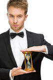 Επιχειρηματίας που κρατά την κλεψύδρα στοκ φωτογραφίες