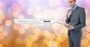 Επιχειρηματίας που κρατά την ψηφιακή ταμπλέτα από την οθόνη αναζήτησης Στοκ Φωτογραφίες