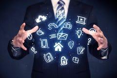 Επιχειρηματίας που κρατά τις μπλε εφαρμογές Στοκ φωτογραφία με δικαίωμα ελεύθερης χρήσης