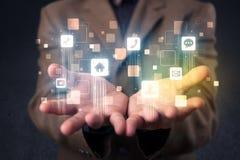 Επιχειρηματίας που κρατά τις μπλε εφαρμογές Στοκ Εικόνες