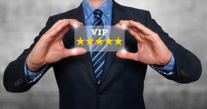 Επιχειρηματίας που κρατά τον πέντε αστέρων VIP εκτίμησης - γκρι - εικόνα αποθεμάτων στοκ φωτογραφία
