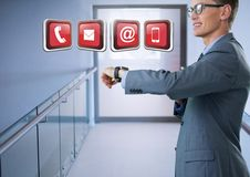 Επιχειρηματίας που κρατά το έξυπνο ρολόι με τα apps στο διάδρομο Στοκ φωτογραφίες με δικαίωμα ελεύθερης χρήσης