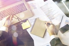 Επιχειρηματίας που κρατά το διαθέσιμο lap-top χεριών Στοκ Φωτογραφίες