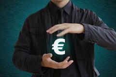 Επιχειρηματίας που κρατά το ευρο- σημάδι Στοκ Εικόνες