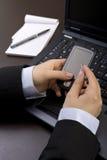 επιχειρηματίας που κρατά το κινητό σύγχρονο τηλέφωνο pda Στοκ Εικόνες